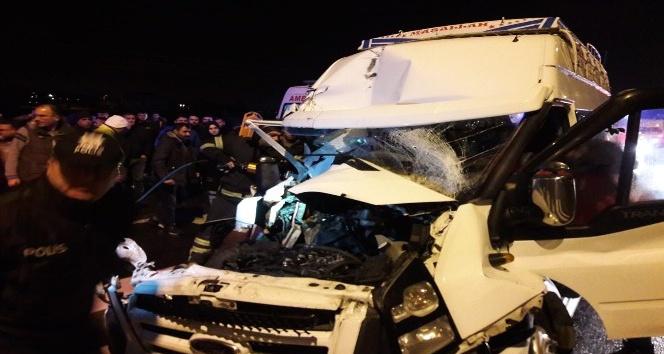 Aksarayda minibüs tıra arkadan çarptı: 12 yaralı