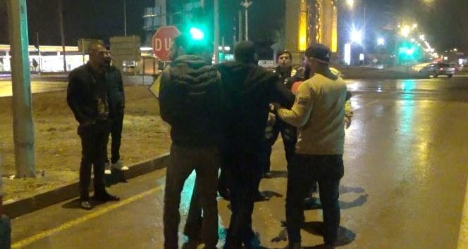 Aksarayda 2 kişinin yaralandığı kazada taraflar yol ortasında kavga etti
