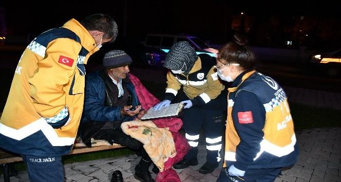Yorganla parktaki bankta yatan yaşlı adama Aksaray Belediyesi sahip çıktı