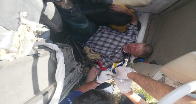 Kamyonet şarampole devrildi, sürücü kabinde sıkıştı