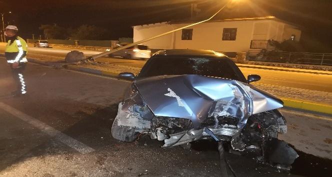 Otomobilin çarptığı aydınlatma direği evin çatısına düştü