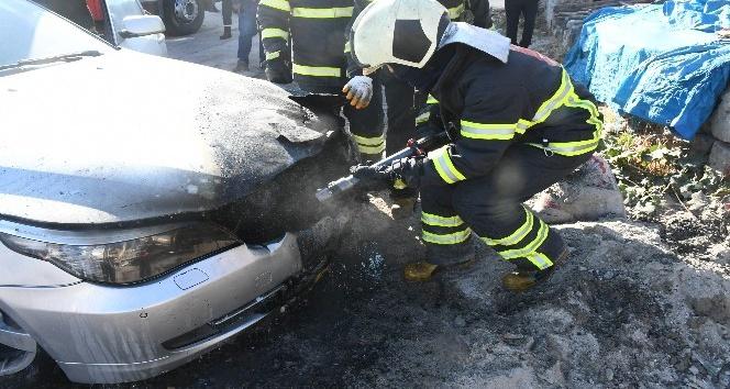 Kömür közü üzerine park edilen araç yandı