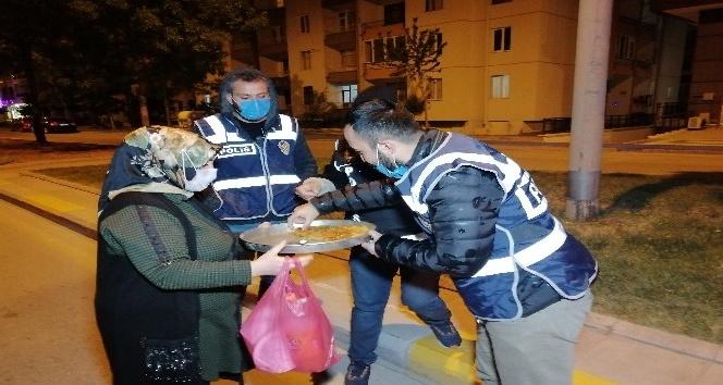 Lokantacı kadından görevli polislere tatlı ikramı